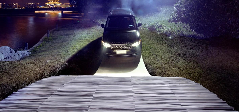 Range Rover na papierowym moście