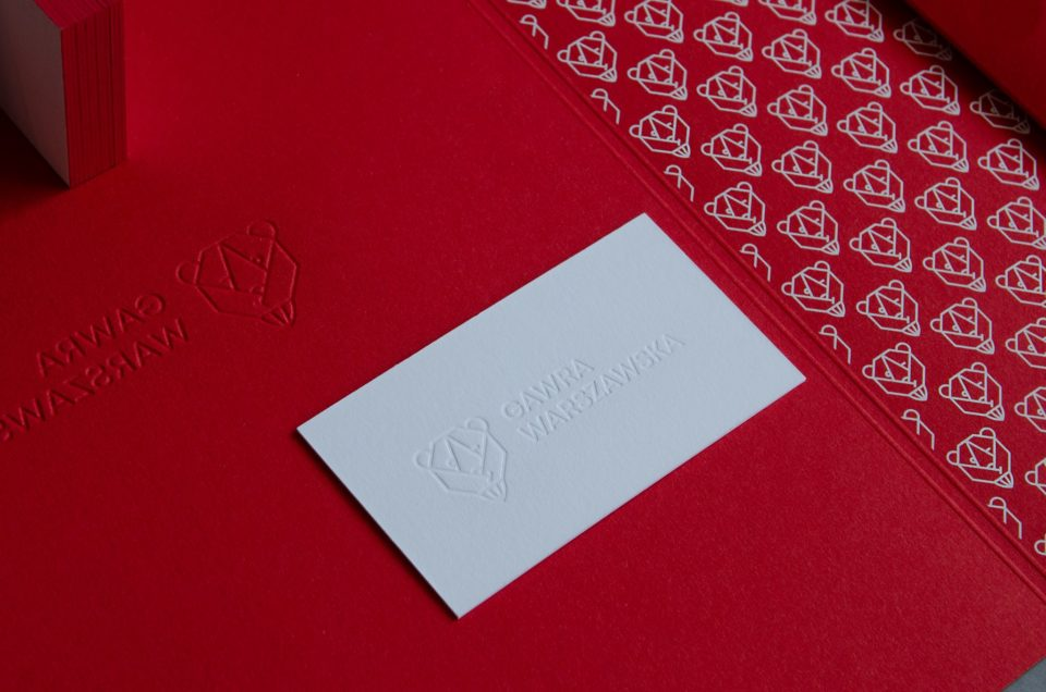 wizytówka oraz teczka na dokumenty w kolorze czerwonym